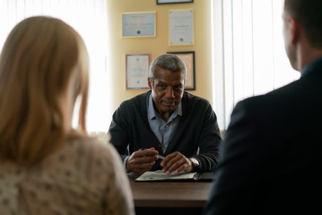 Docteur Oduwale, psychiatre aux deux visages dans la série Absentia.