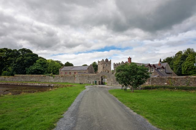 Entrée du château Ward, en Irlande du Nord, lieu de tournage de la grande cour de Winterfell dans Game of Thrones.