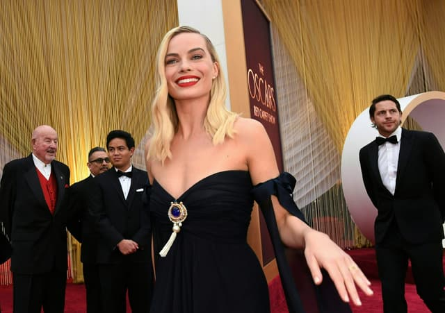 Margot Robbie, à l'affiche de deux films nommés, sur le tapis rouge des Oscars.