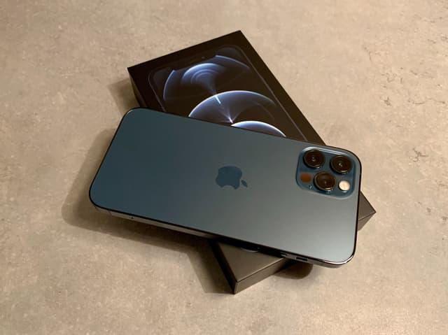 L'iPhone 12 Pro vient dans une jolie boîte, toujours, mais cette fois plus petite...