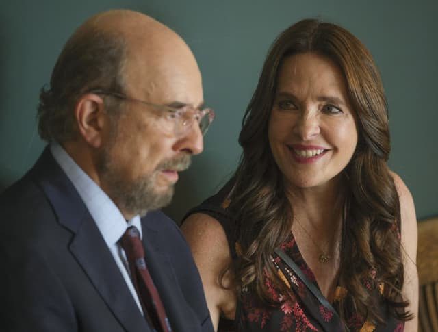 Richard Schiff et Sheila Kelley dans The Good Doctor