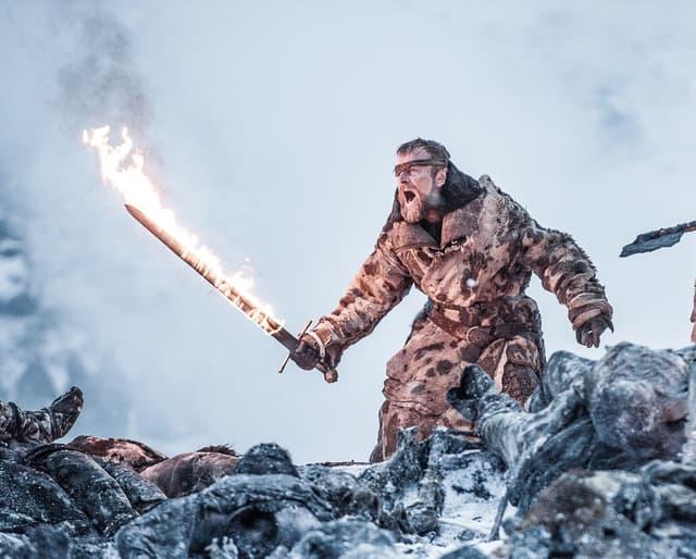 Beric Dondarrion (Richard Dormer) et son épée enflammée, en partie similaire à celle de la légende d'Azor Ahai.