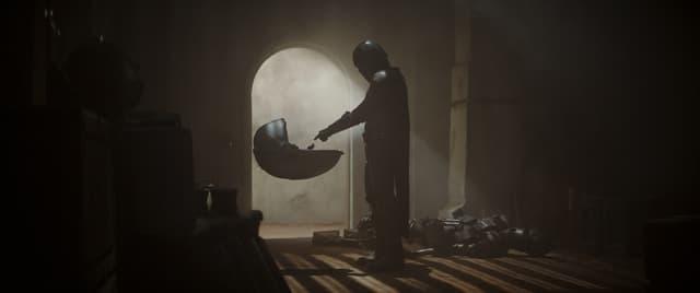 """Le Mandalorien et le berceau de """"Bébé Yoda""""."""