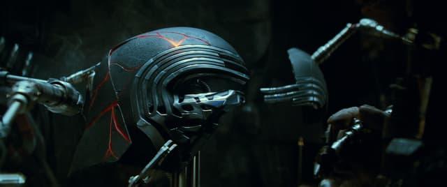 Le masque de Kylo Ren, détruit dans le VIII, reforgé dans le IX...