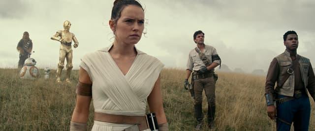 De gauche à droite : Chewbacca, BB-8, C-3PO, Rey, Poe Dameron et Finn.