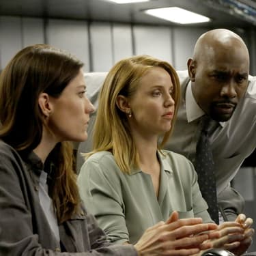 Jennifer Carpenter, Kelli Garner  et Morris Chestnut se donnent la réplique dans la série The Enemy Within, sur Altice Studio.