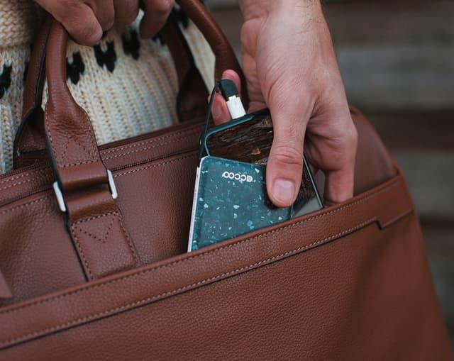 Accoo, une batterie personnalisée pétillante à glisser dans son sac.