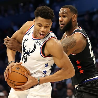 Giannis Antetokounmpo et LeBron James lors du NBA All-Star Game 2019, au Spectrum Center de Charlotte, le 17 février 2019.