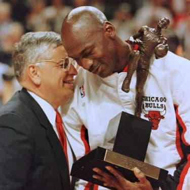 David Stern félicite Michael Jordan, qui reçoit son trophée de MVP de la saison, le 21 mai 1996.