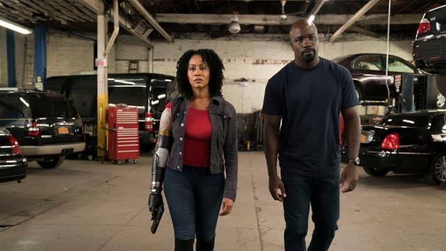 Misty Knight (Simone Missick) aux côtés de Luke Cage (Mike Colter) dans la saison 2 de la série Netflix.