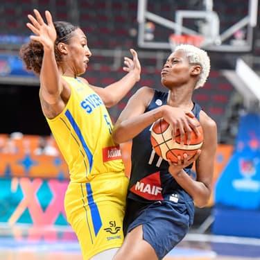 Bras de fer entre la Suédoise Kali Loyd et la Française Valériane Ayayi lors du dernier match du premier tour de l'Euro de basket féminin, dimanche 30 juin 2019 à Riga, Lettonie.
