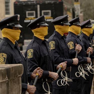 Les policiers masqués de la série Watchmen.