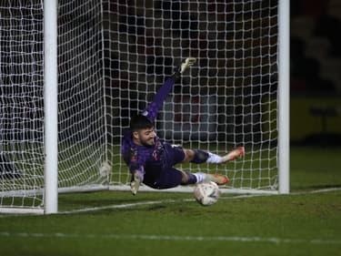 Ce gardien anglais marque un but et bat un record mondial
