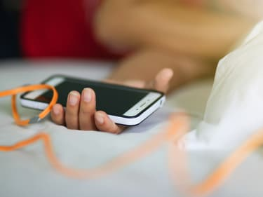 Charger son smartphone sur le lit ou le canapé : attention danger !