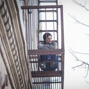 Stana Katic, dans le rôle d'Emily Byrne, star de la série Altice Studio Absentia.