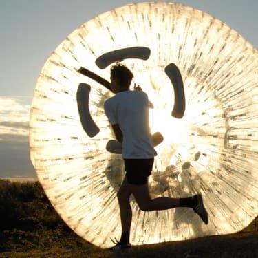 Le Zorbing, un sport à la fois fun et mystérieux dans lequel ou court à l'intérieur d'une grande balle gonflée !