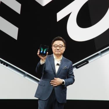 DJ Koh président et directeur général de Samsung Electronics présente le Galaxy Fold en février 2019, premier smartphone pliable.