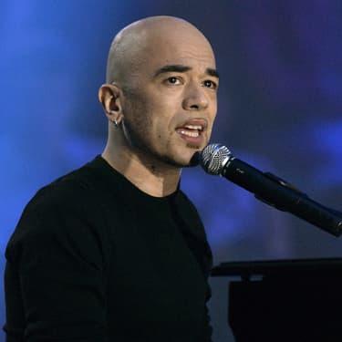 Pascal Obispo sur la scène des victoires de la musique en 2004.