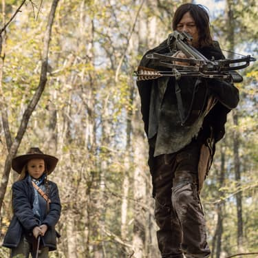 """Daryl et Judith jouent à """"promenons-nous dans les bois"""" dans la saison 10 de The Walking Dead sur OCS"""