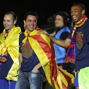Thierry Henry avec Xavi et Iniesta lors de la célébration du titre de champions d'Espagne à Barcelone, le 16 mai 2010.