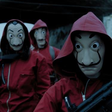 Les braqueurs portant leur combinaison rouge et leur masque de Salvador Dalí, tenue aujourd'hui devenue iconique, dans La Casa De Papel.