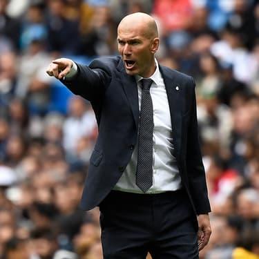 Zinedine Zidane, entraîneur du Real Madrid, donne des conseils à ses joueurs en plein match en mai 2019.