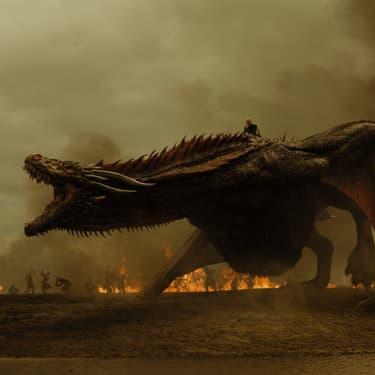 Daenerys Targaryen (Emilia Clarke) chevauchant Drogon dans Game of Thrones.