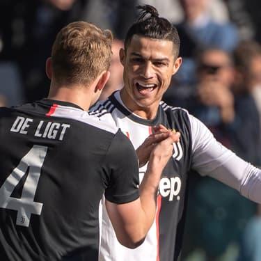 Cristiano Ronaldo félicite son coéquipier de la Juventus Matthijs de Ligt lors d'un match de Serie A contre Fiorentina, à Turin, le 2 février 2020.