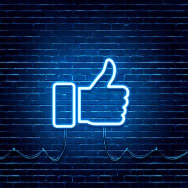 Rassurez-vous, le fameux pouce levé de Facebook n'est pas près de disparaître...
