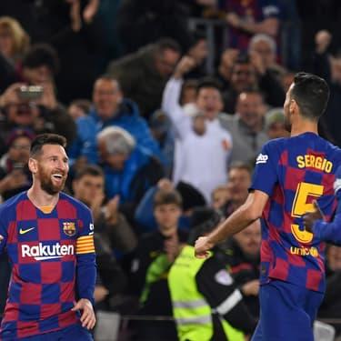Lionel Messi félicité par ses coéquipiers lors du match du FC Barcelone face au Celta Vigo, le 9 novembre 2019.