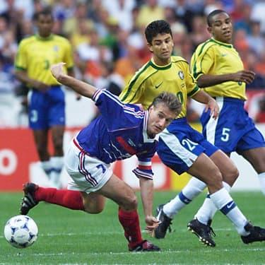 Le footballeur français Didier Deschamps et les joueurs brésiliens Bebeto et Cesar Sampaio, le 12 juillet 1998, lors du match de finale de la coupe du monde de football.