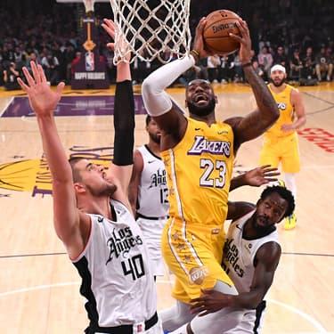 Ivica Zubac et Patrick Beverley des Clippers face à LeBron James des Lakers, au Staples Center de Los Angeles, le 25 décembre 2019.