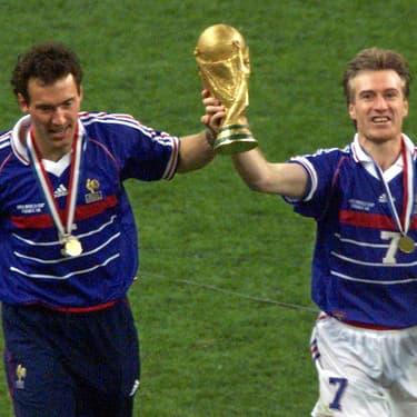 Laurent Blanc et Didier Deschamps après la victoire en Coupe du Monde en 1998 au Stade de France.