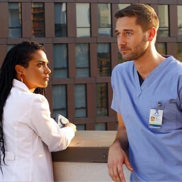 Les docteurs Helen Sharpe (Freema Agyeman) et Max Goodwin (Ryan Eggold) dans la première saison de New Amsterdam.