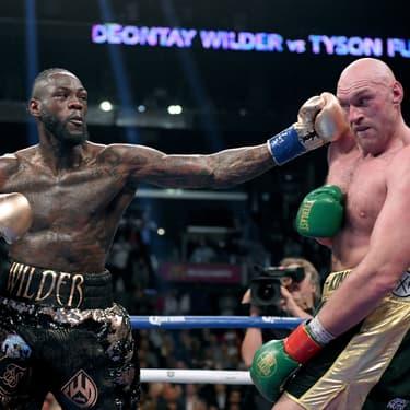 Deontay Wilder face à Tyson Fury lors de leur combat organisé dans le cadre du championnat du monde WBC des poids lourds, à Los Angeles, le 1er décembre 2018.