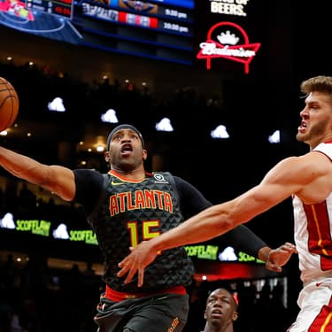 Vince Carter sous le maillot des Atlanta Hawks face à Meyers Leonard des Miami Heat lors d'un match à Atlanta, le 31 octobre 2019.