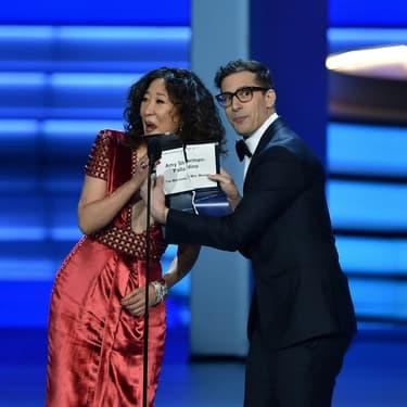 Andy Samberg et Sandra Oh à la 70e cérémonie des Emmy Awards.