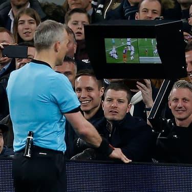 L'arbitre regarde l'action, peut-être litigieuse, sur un écran pour savoir s'il doit sanctionner un joueur, donner un penalty ou accorder un but à l'une des équipes.
