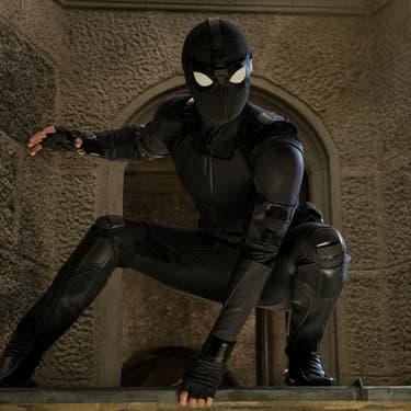 Peter Parker dans sa tenue énigmatique noire, à l'occasion du film Spider-Man : Far From Home.