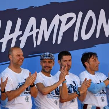 Pep Guardiola et son staff fêtent une nouvelle victoire au terme d'une incroyable saison de Premier League