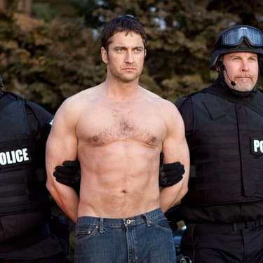 Gerard Butler se fait arrêter pour non-port de chemise en public dans Que Justice Soit Faite