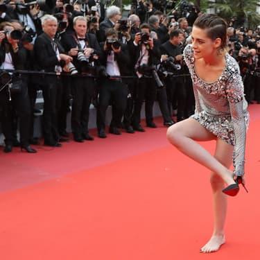 Kristen Stewart retire ses talons et brise l'une des règles pour monter le tapis rouge du Festival de Cannes