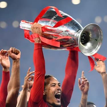 Le joueur de Liverpool Virgil van Dijk soulève la coupe de la Ligue des Champions à Madrid, le 1er juin 2019.