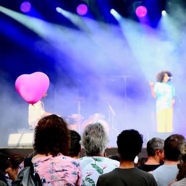 La chanteuse Celeste a réchauffé les cœurs avec sa soul langoureuse, sur la scène Cascade de Rock en Seine, samedi 24 août 2019.