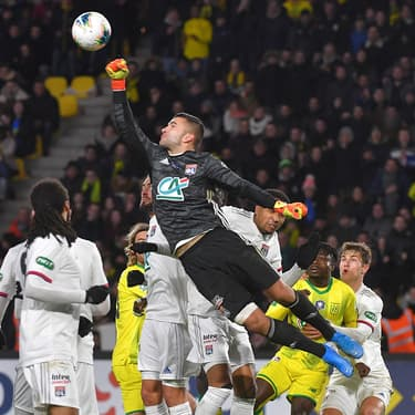 Anthony Lopes s'envole durant le match  Lyon - Nantes en Coupe de France, le 18 janvier 2020