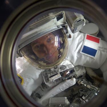 Thomas Pesquet à l'extérieur de la station spatiale internationale, le 13 janvier 2017.