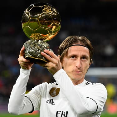 Luka Modric pose avec son Ballon d'Or avant le match de Ligua Real Madrid - Rayo Vallecano à Madrid, le 15 décembre 2018.