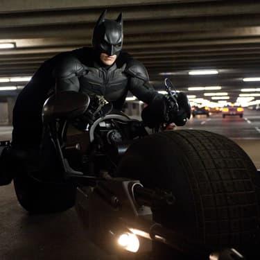 Batman soit se faire mal au dos quand il fait de la moto dans la trilogie The Dark Knight de Nolan