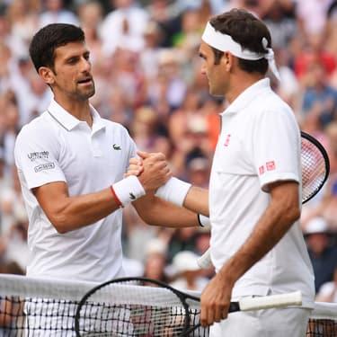 Novak Djokovic et Roger Federer à l'issue de la finale de Wimbledon, à Londres, le 14 juillet 2019.