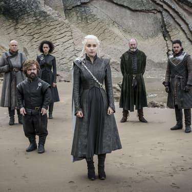 Daenerys Targaryen (Emilia Clarke) et ses bras droits près de Peyredragon, dans Game of Thrones.